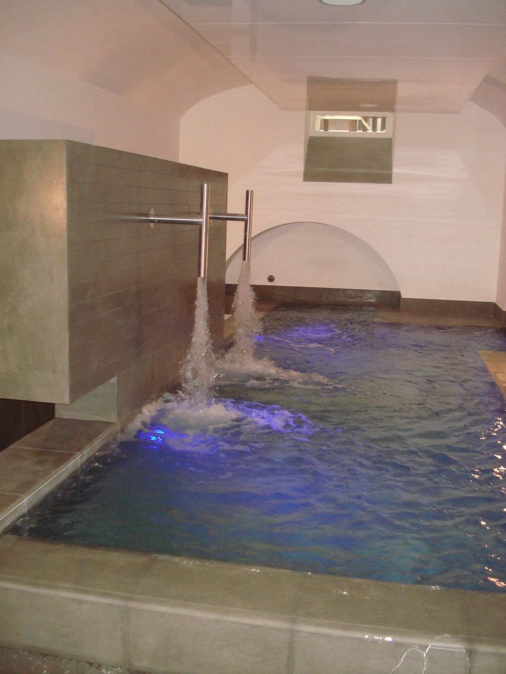 Piscina interna riscaldata for Piscina wellness roma