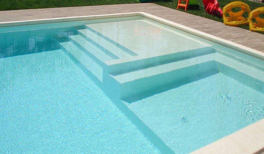 piscina con zona idromassaggio e discesa a spiaggia