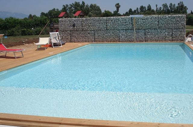 piscina con tramoggia finita