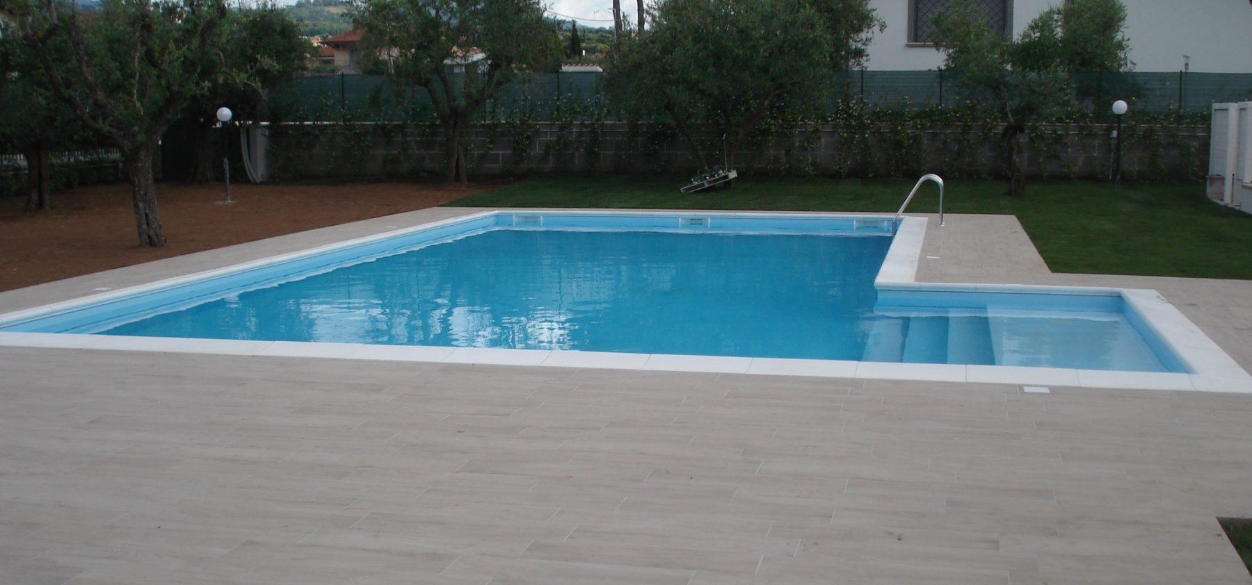 La piscina interrata con struttura in acciaio
