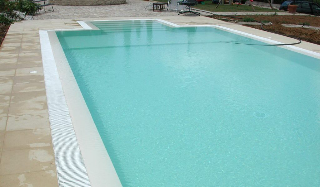 ristrutturazione piscina cemento a sfioro