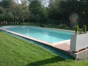 piscina in pannello e scala romana in opera