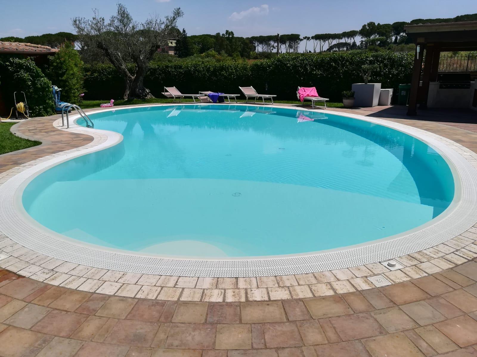 piscina a sfioro totale