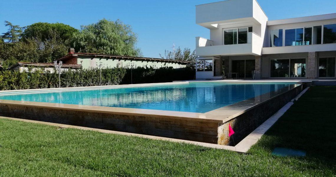 piscina con sfioro a cascata