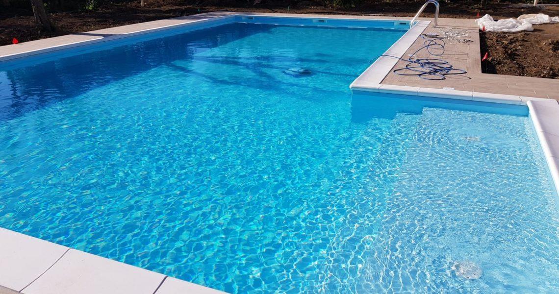 la piscina interrata in pannello di acciaio